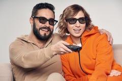 Familie, die im Fernsehen Film 3D aufpasst stockfoto