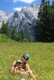 Familie, die im Frühjahr wandert Lizenzfreies Stockfoto