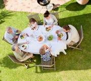 Familie, die im Garten isst stockfoto