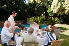 Familie, die im Garten isst Stockfotografie