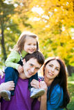 Familie, die im Herbst spielt Stockfotos