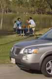Familie, die im Park genießt Stockfotos