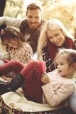 Familie, die im Park genießt und mit Tochter auf falli spielt stockbild
