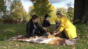 Familie, die im Park picnicking ist Lizenzfreies Stockfoto