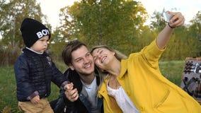 Familie, die im Park picnicking ist Lizenzfreie Stockfotos