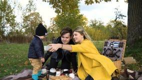Familie, die im Park picnicking ist Lizenzfreie Stockbilder