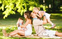 Familie, die im Park spielt Stockfotografie