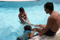 Familie, die im Pool spielt
