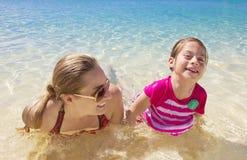 Familie, die im schönen Ozean spielt Lizenzfreie Stockfotografie