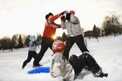 Familie, die im Schnee spielt. Stockfoto