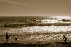 Familie, die im Strand spielt Stockfoto
