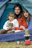 Familie, die im Zelt kampiert Stockfotografie