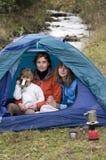 Familie, die im Zelt kampiert Stockbilder