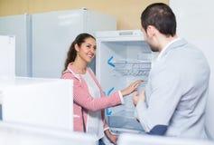 Familie, die inländischen Kühlschrank kauft stockbilder