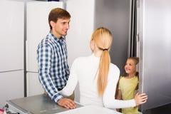 Familie, die Kühlschrank vorwählt lizenzfreie stockfotografie