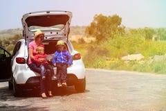 Familie die kaart terwijl reis door auto bekijken Stock Fotografie