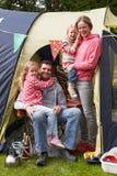 Familie, die kampierenden Feiertag auf Campingplatz genießt Stockfotografie