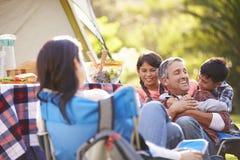 Familie, die kampierenden Feiertag in der Landschaft genießt Stockfotos