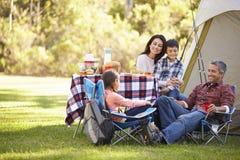 Familie, die kampierenden Feiertag in der Landschaft genießt Stockbild