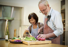 Familie, die Küchen-Vorbereitungs-Abendessen-Konzept kocht Stockfotografie