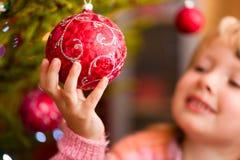 Familie die Kerstboom verfraait Stock Afbeeldingen
