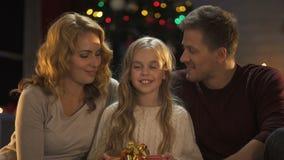 Familie die Kerstmis huidig aan camera, voorbereidingen vóór vakantiewishlist tonen stock video