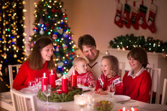Familie die Kerstmis van diner thuis genieten stock foto's