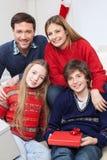 Familie die Kerstmis vieren stock afbeelding