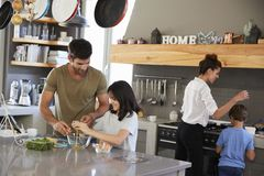 Familie die in Keuken Ochtendontbijt samen maken stock afbeeldingen
