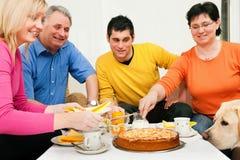 Familie die koffie en cake heeft samen Stock Foto's