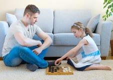 Familie, die Kontrolleure spielt stockbilder