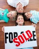 Familie die kopend hun nieuw huis viert Stock Afbeelding