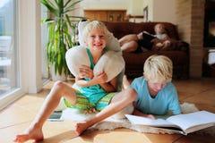 Familie die kwaliteitstijd hebben thuis Stock Fotografie