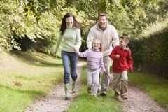 Familie die langs bosspoor loopt stock foto