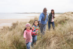 Familie die langs Duinen op het Strand van de Winter loopt royalty-vrije stock afbeeldingen