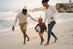 Familie die langs het strand loopt royalty-vrije stock fotografie