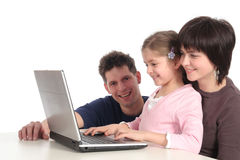 Familie die Laptop met behulp van stock afbeelding