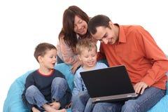 Familie die laptop met behulp van Royalty-vrije Stock Afbeeldingen
