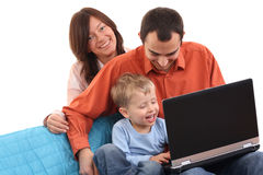 Familie die laptop met behulp van Stock Foto