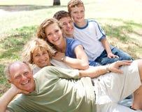 Familie die in lijn legt Stock Foto's