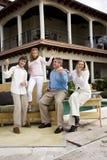 Familie, die Luftgitarre auf Patio spielt Lizenzfreie Stockfotografie