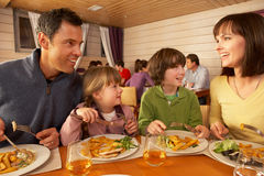Familie die Lunch samen in Restaurant eet Stock Foto's