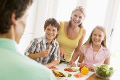 Familie die maaltijd, etenstijd samen voorbereidt Stock Afbeeldingen