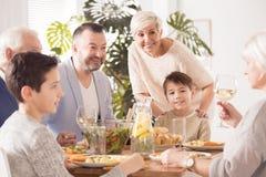 Familie die maaltijd samen eten royalty-vrije stock afbeelding