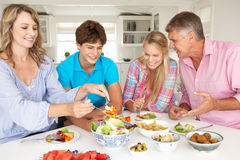 Familie, die Mahlzeit genießt Stockfoto