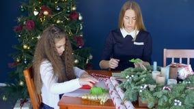 Familie die met de hand gemaakte groetkaarten creëren voor Kerstmis stock video