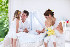 Familie die met jonge geitjes met pasgeboren baby spelen Stock Afbeelding