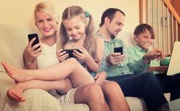 Familie die met smartphones werken Stock Afbeelding