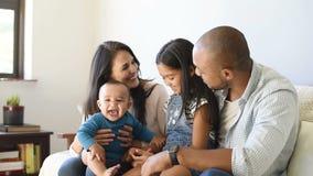 Familie, die mit Baby spielt stock footage