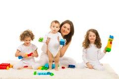 Familie, die mit Bausteinen spielt Stockfotografie
